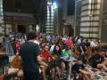 giovani pellegrini in preghiera