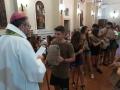 mons. giulietti con i giovani all'inizio del pellegrinaggio