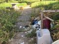 Rifiuti, degrado, sporcizia giardini pubblici via Monterotondo, Terni - 6 maggio 2017 (7)