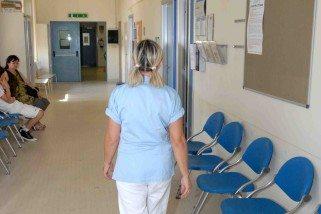 Terni, tempi vestizione operatori sanitari: «Tocca ai lavoratori»