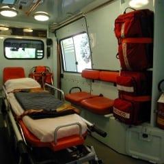 Si lancia contro l'auto dei vigili: in ospedale