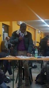 L'assessore Wagué a una delle assemblee pubbliche dei genitori