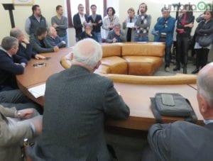Di Girolamo di fronte ad una rappresentanza del comitato
