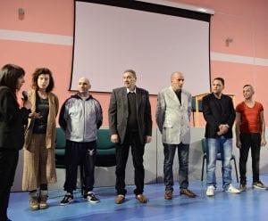 Gli attori assieme alla regista Vittoria Corallo