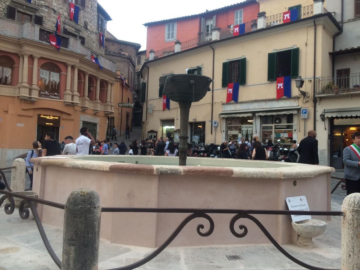 Narni, piazza Garibaldi: risplende la fontana | umbriaON