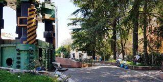 Rifiuti in piazza Dante: volontari al lavoro