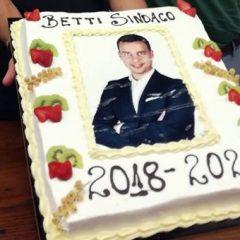 Corciano, una torta per la giunta del Betti bis