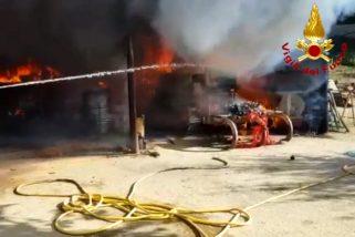 Un trattore in fiamme nella rimessa agricola