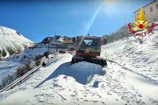 Castelluccio, il 115 si esercita sulla neve