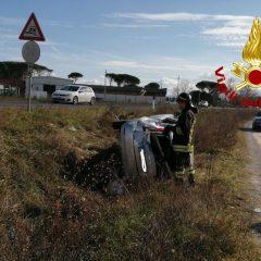 Incidente con auto fuori strada: due feriti