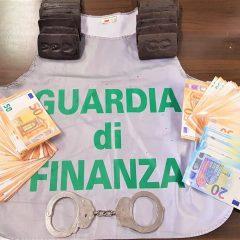 30 mila euro fra droga e contanti: arrestati