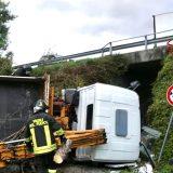 Gubbio, camion precipita da variante