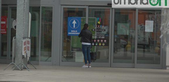 Perugia, cittadini fuori dai centri commerciali chiusi – Foto