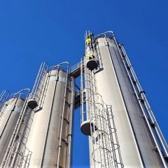 Treofan, lavoratori si incatenano sul silo