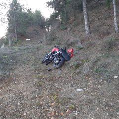 Perde il controllo della moto e finisce fuori strada: 22enne ferito