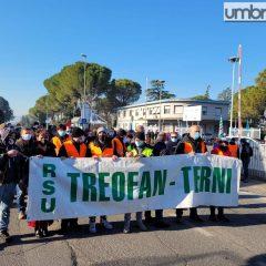 Treofan, i lavoratori bloccano via Narni: «Per noi non è Natale»