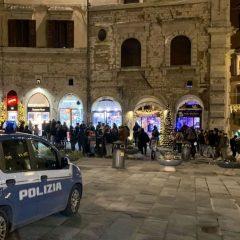 Assembramenti in centro, interviene la polizia