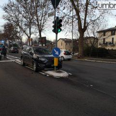 Terni, tampona veicolo e finisce contro il semaforo