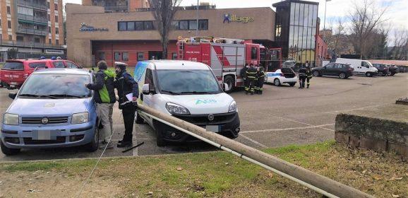 Terni, palo della telefonia precipita su due auto in sosta