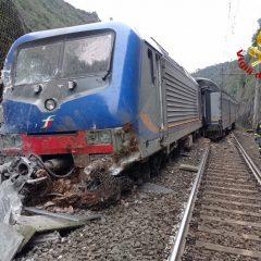 Foto – Treno colpito dalla frana deraglia fra Terni e Spoleto