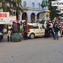 Rifiuti, ambientalisti in piazza: «Vogliamo essere ascoltati»