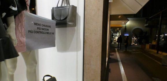 Stop negozi dalle 14 del sabato: malumori e richiesta di revoca