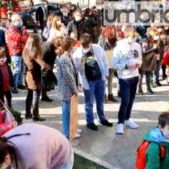 Bimbi e genitori: «Riaprite le scuole»