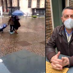 Perugia, piove ancora sui tavoli all'esterno dei locali: «E ora?»