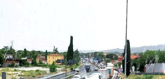 Auto contro camion allo svincolo di Balanzano bloccata E45 verso Roma