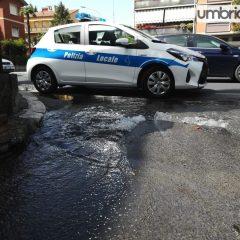 Terni, guasto idrico a San Martino: strada allagata