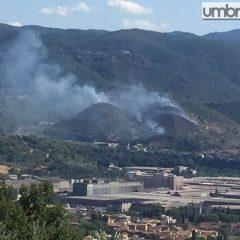 Terni, brucia la collina alle spalle di Papigno – Foto e video