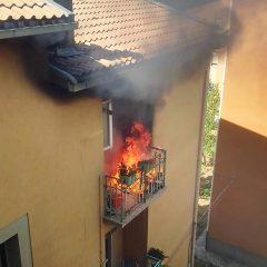 Terni, terrazzo in fiamme in via delle Rose: 115 in azione