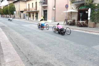 Davanti alla basilica di Santa Maria degli Angeli la partenza del giro di Handbike