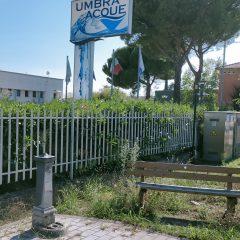 Fontanella senz'acqua davanti alla sede di Umbra Acque